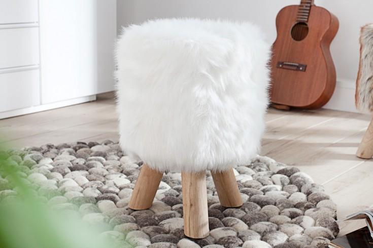 Design Sitzhocker SIT 45cm weiß mit Fellbezug und Teakholzbeinen