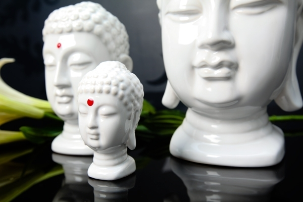 Weisse High Gloss Buddha Kopf Skulptur mit Bindi in rot 9cm
