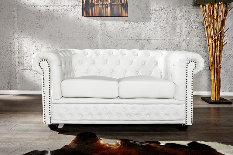 Edles chesterfield 3er sofa in weiss matt m nietenbesatz for Design stuhl addison chesterfield steppung leinen mit holzbeinen