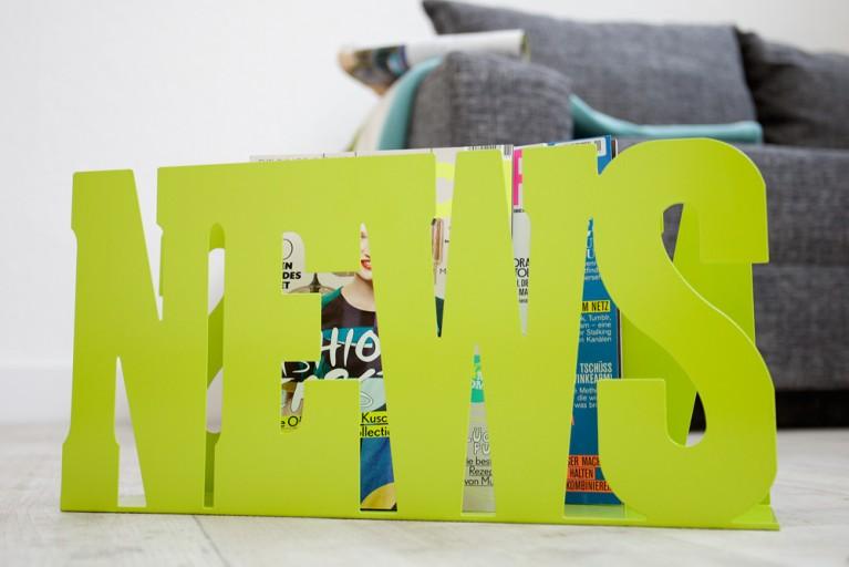 Design Zeitungsständer NEWS grün Schriftzug