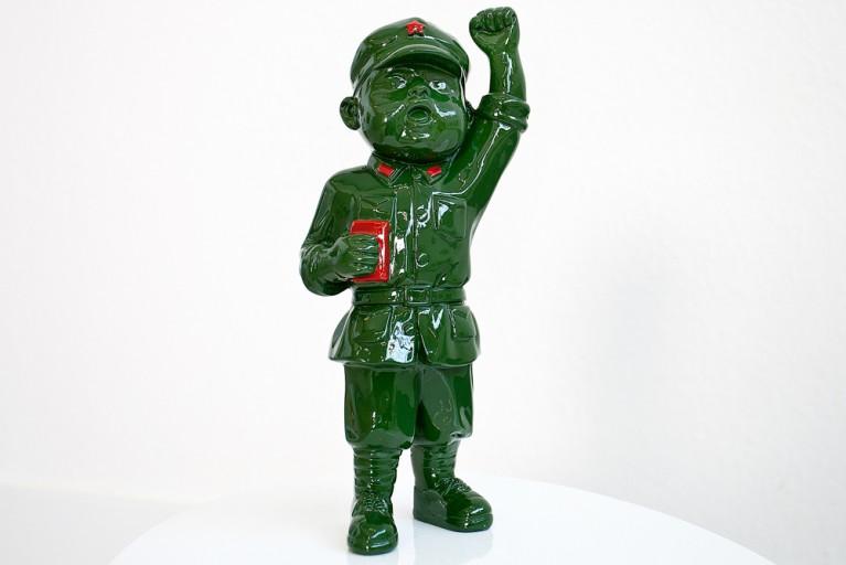 Symbolische Figur REVOLUTION BOY grün handbemalt mit Faust