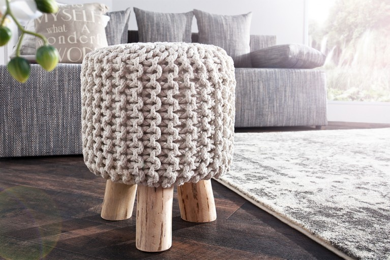 Design Sitzhocker LEEDS aus Strick weiß 45cm mit Holzfüßen Baumwolle in Handartbeit