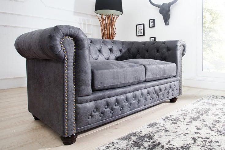 edles chesterfield 2er sofa antik grau knopfheftung und nietenbesatz chesterfield design riess. Black Bedroom Furniture Sets. Home Design Ideas